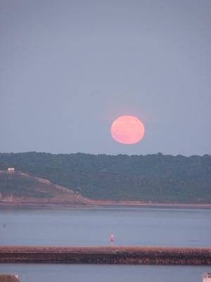 Lever de lune rousse sur la rade de Brest